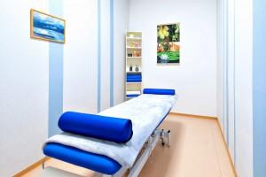 Massage Liege in angenehmen Räumlichkeiten
